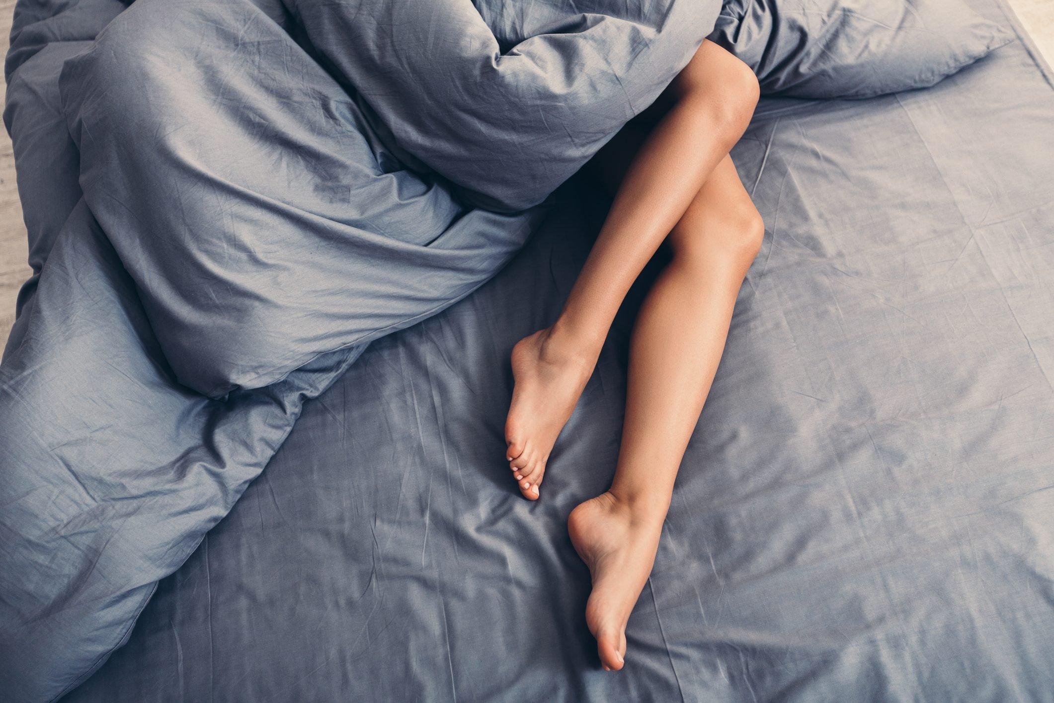Partie du corps féminin sur le lit